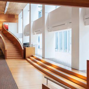 Man sieht die große Treppe im Eingangsbereich des Museums Marta Herford