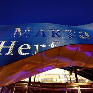 Der Schriftzug des Museums Marta Herford von außen bei Nacht, von innen beleuchtet