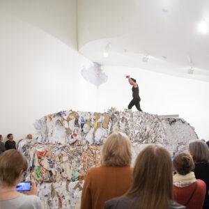 Blick in die Ausstellung Der Fremde Raum, Performance: Anastasia Ax