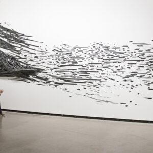 Blick in die Ausstellung Der Fremde Raum, Monika Grzymala: Raumzeichnung (Der fremde Raum), 2016 © Der Künstler