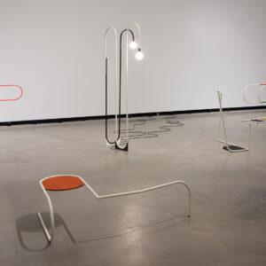 Blick in die Ausstellung mit Werk von Erika Hock: Elbows & Knees, 2014