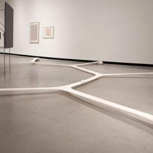 Blick in die Ausstellung mit Werk von Ernesto Neto: Minimal Surface of a Body Evolution on a Field, 2007