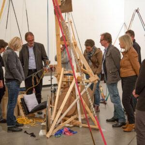 """Blick in die Ausstellung mit Werk von Michael Beutler: Strandsegler """"Lolita"""", 2003"""