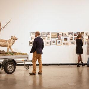 Blick in die Ausstellung Mark Dion, Mark Dion: Mobile Wilderness Unit – Wolf, 2006